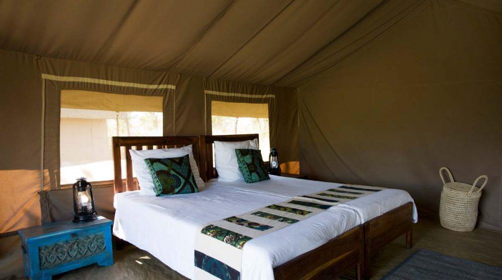Le lit dans une tente dans le Serengeti