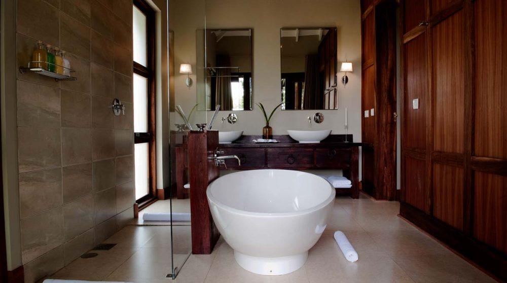 La salle de bains avec sa baignoire en Tanzanie