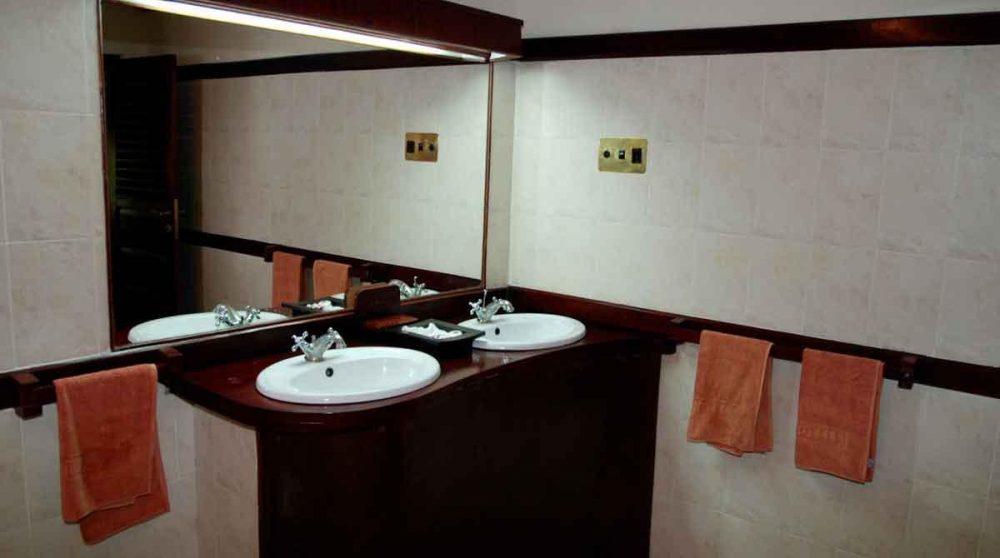Lavabos dans une salle de bains dans le Masai Mara