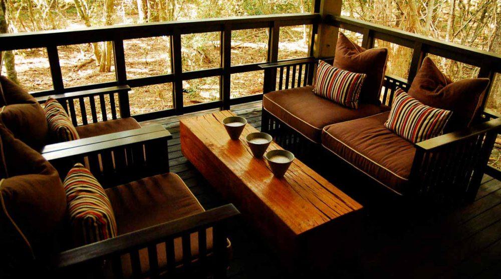 Canapé et fauteuils sur une terrasse dans le Kwazulu Natal