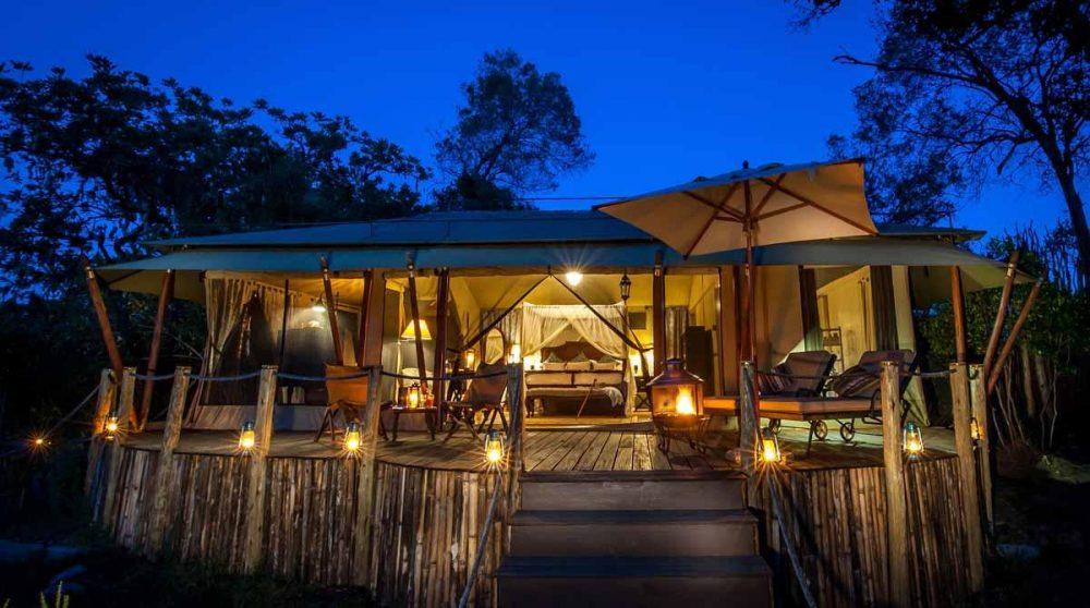 Une tente le soir dans le Masai Mara