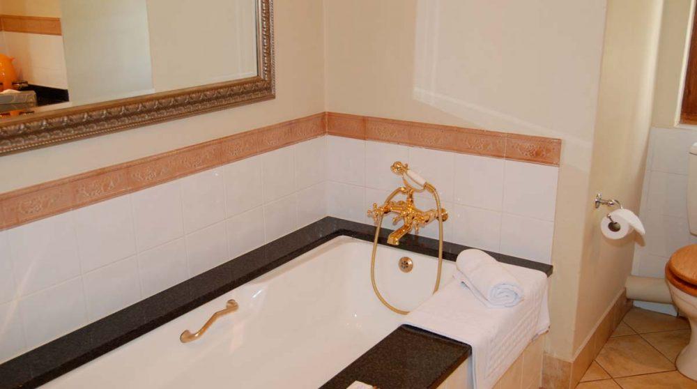 Baignoire dans une salle de bains à Franschhoek