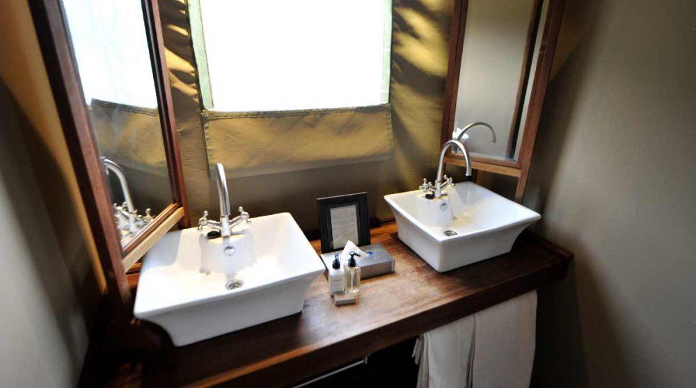 Les lavabos dans la salle de bains en Namibie
