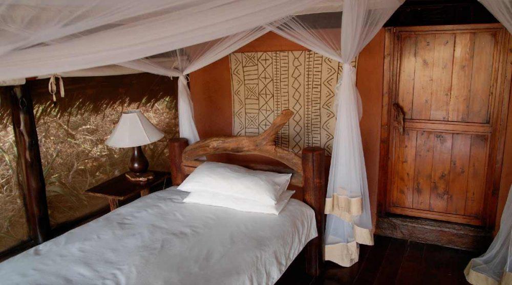 Un lit au camp à Tsavo