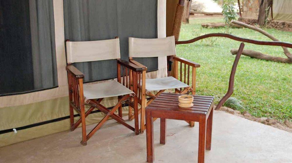 Fauteuils devant une terrasse à Samburu
