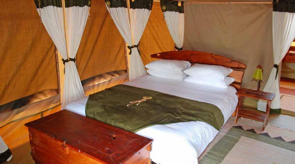 Lit dans une tente à Samburu