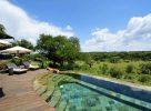 Chaises longues au bord de la piscine dans le Serengeti
