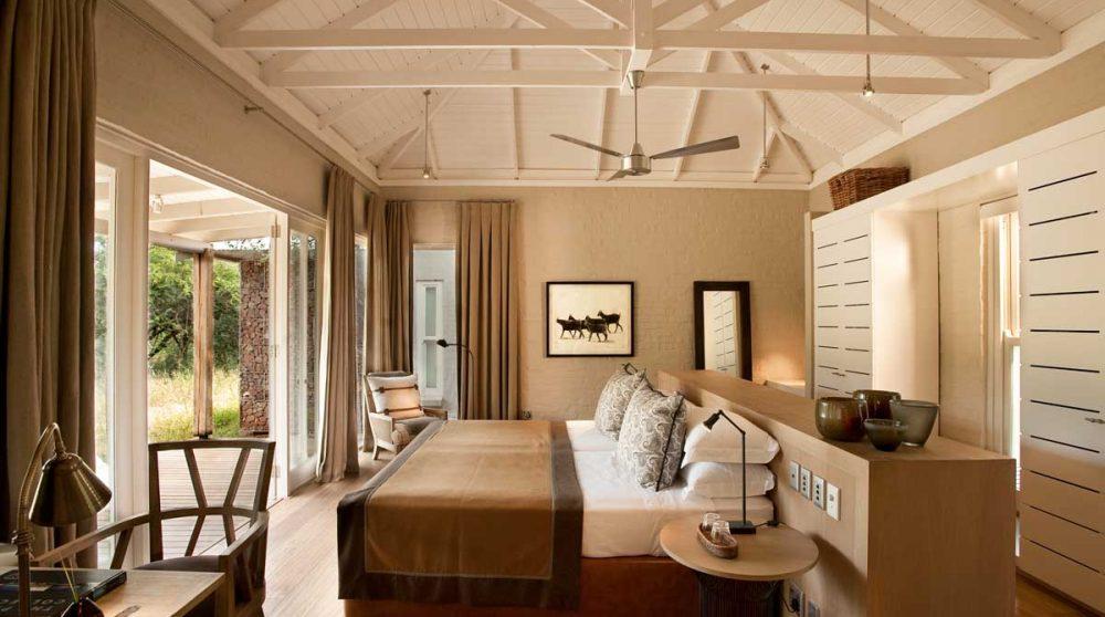 Une chambre avec une terrasse