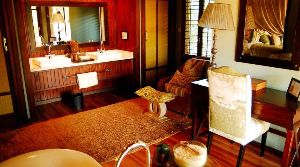 La chambre avec la salle de bains