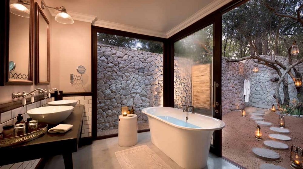 Une autre vue de la salle de bains avec sa baignoire