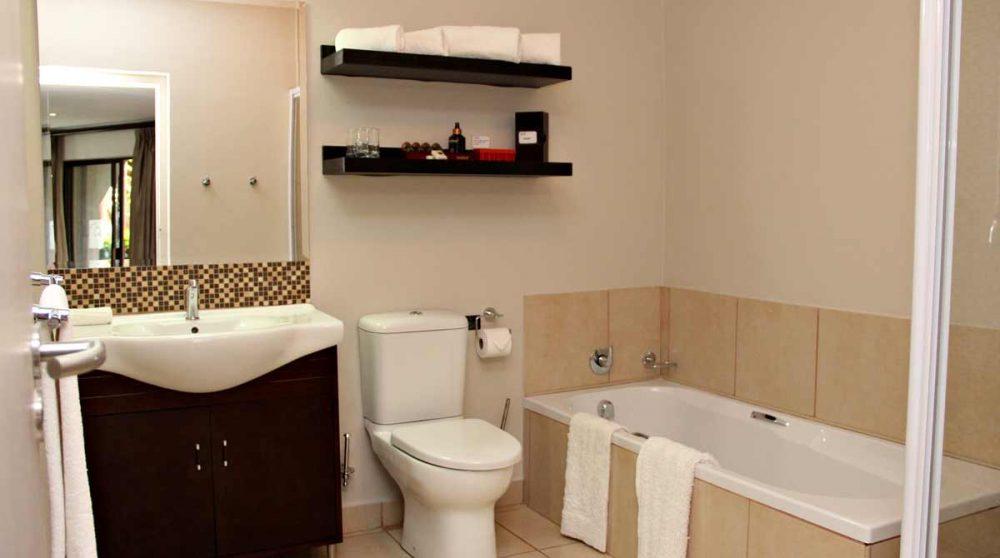 La salle de bains avec la baignoire
