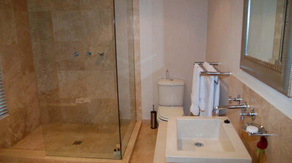 Salle de bains dans une chambre standard
