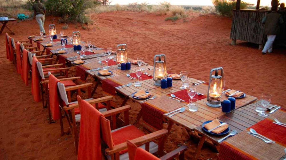 Dîner les pieds dans le sable dans le Kalahari