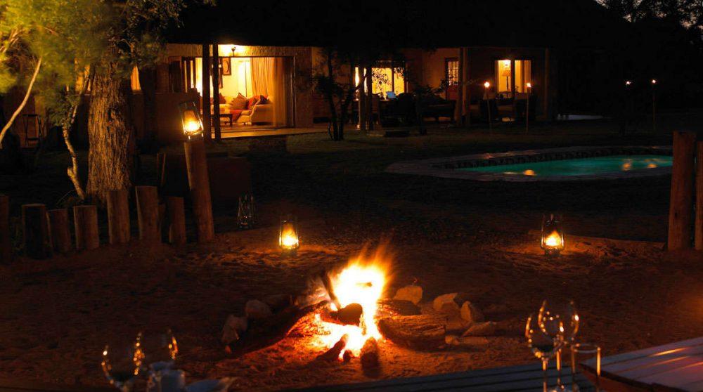 Une soirée près de la piscine
