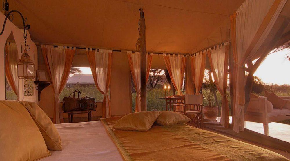 Un lit confortable dans une tente