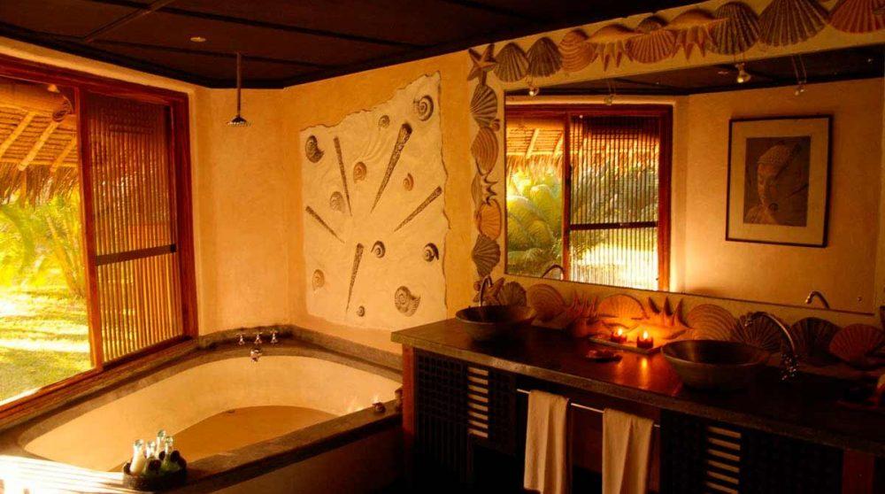 La salle de bains avec une baignoire