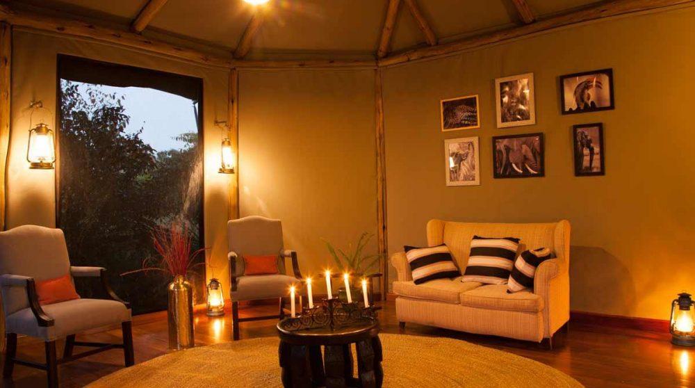 Le salon de la tente Honeymoon le soir