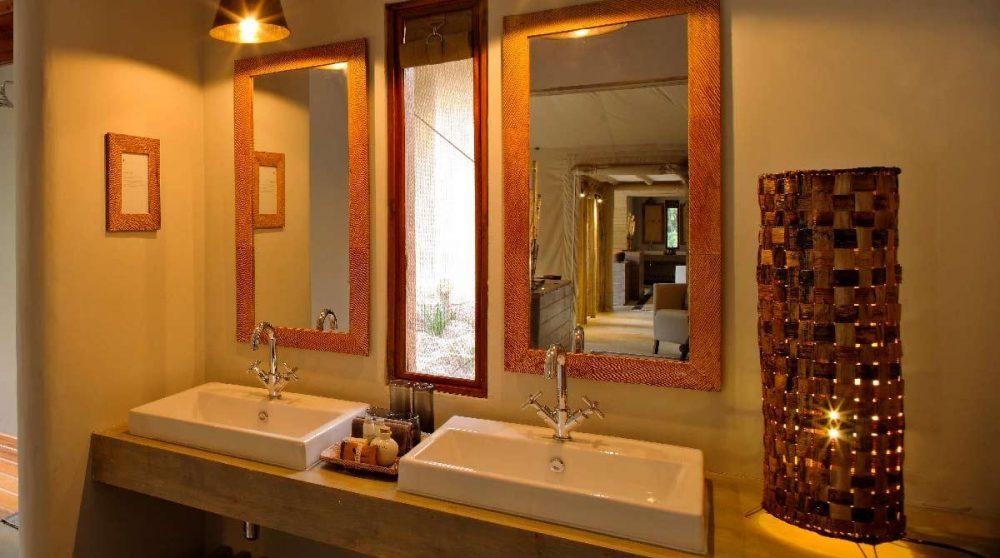 Lavabos dans la salle de bains du Kichwa Tembo