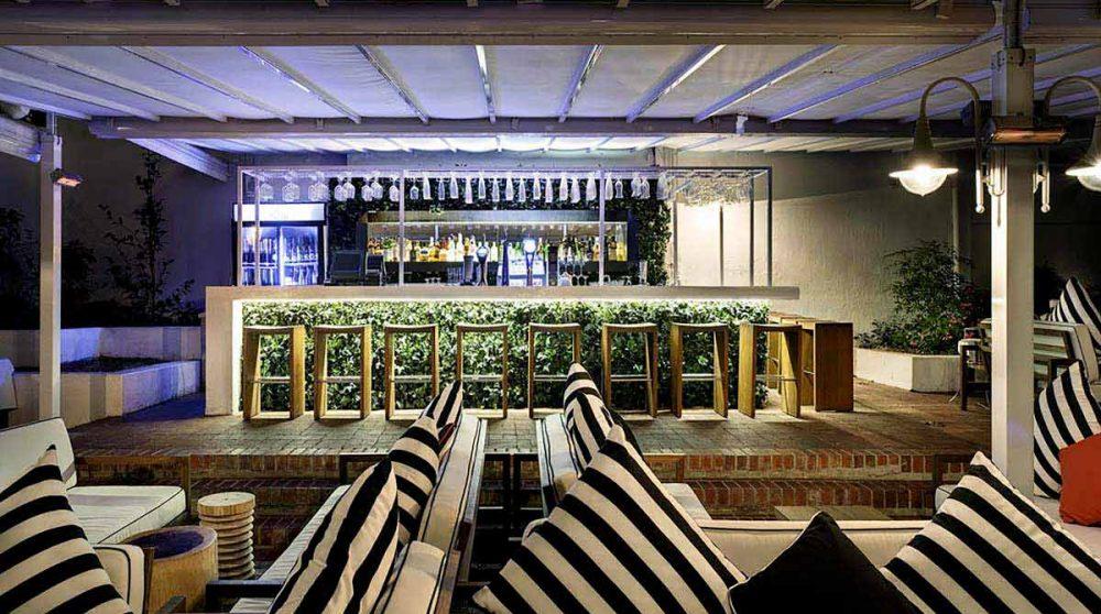 Le bar sur la terrasse du Alphen