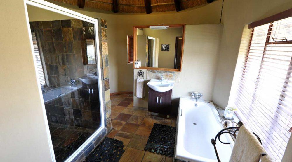 Une salle de bains de l'Arathusa Safari Lodge