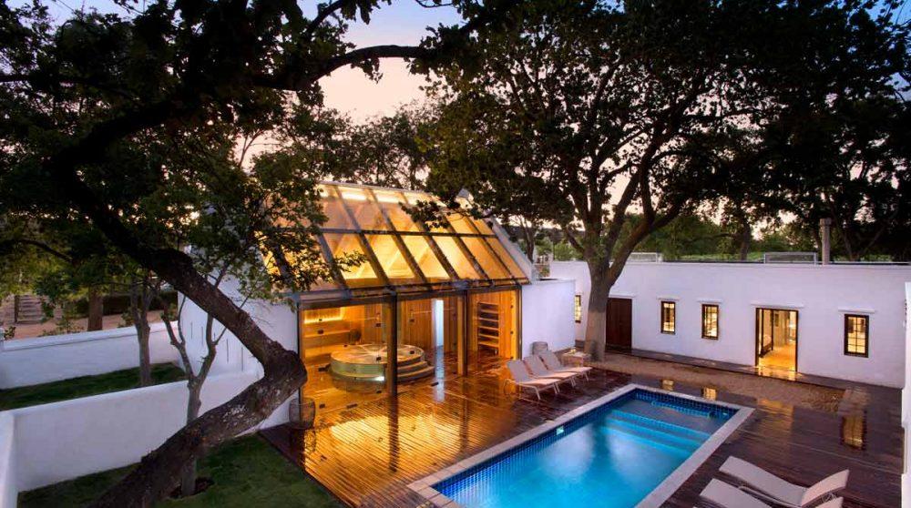 Le spa et sa piscine le soir à Babylonstoren
