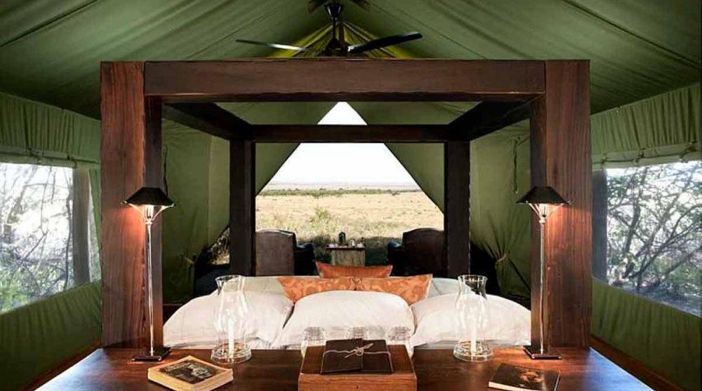 Intérieur d'une tente au Bateleur Camp
