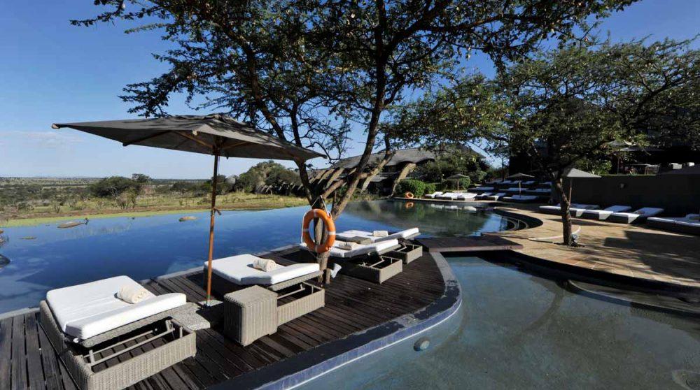 Autre vue de la piscine au Four Seasons Safari Lodge