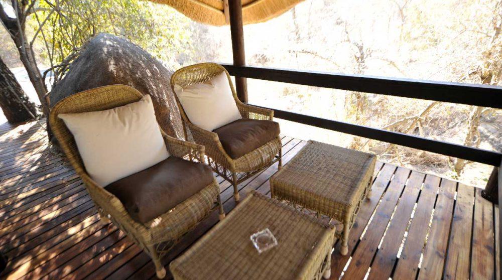Fauteuils sur une terrasse au Londolozi Tree Camp