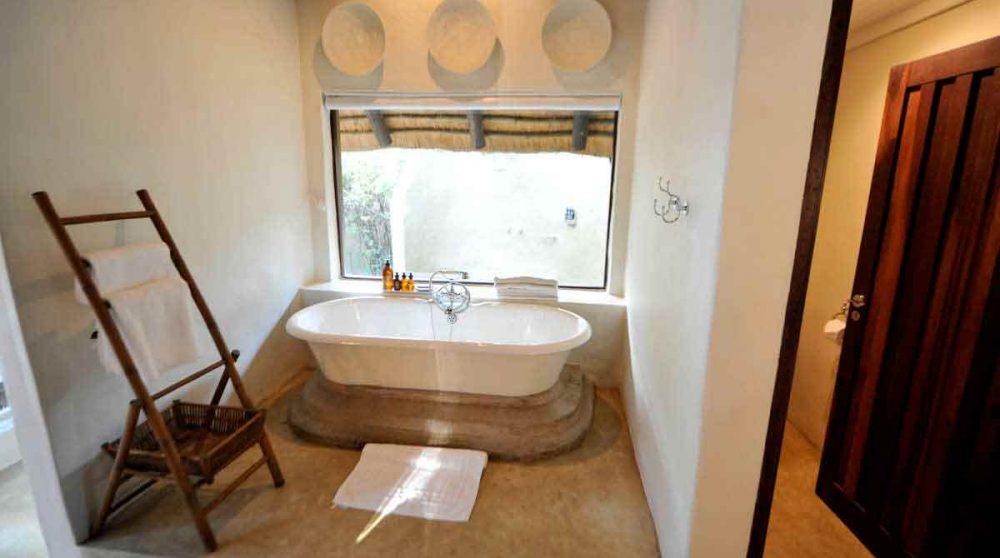 Baignoire dans une salle de bains du Londolozi Varty Camp