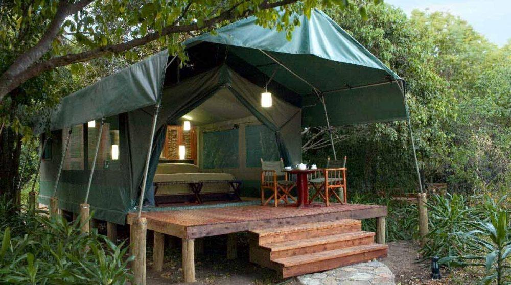 Extérieur d'une tente luxury dans le Masai Mara
