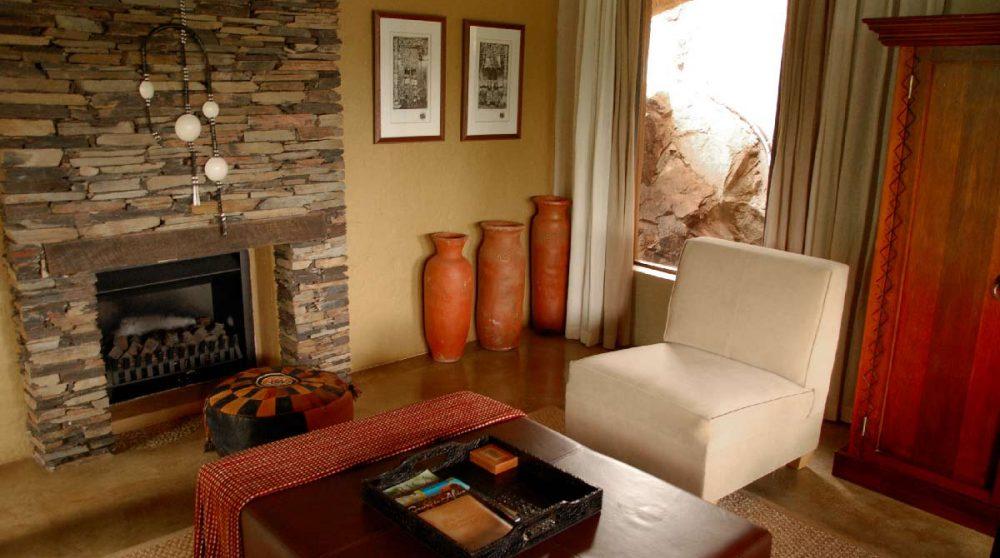 Une cheminée dans une suite du Madikwe Hills