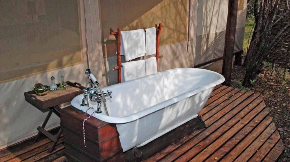 Prendre un bain à l'extérieur au Mara Explorer