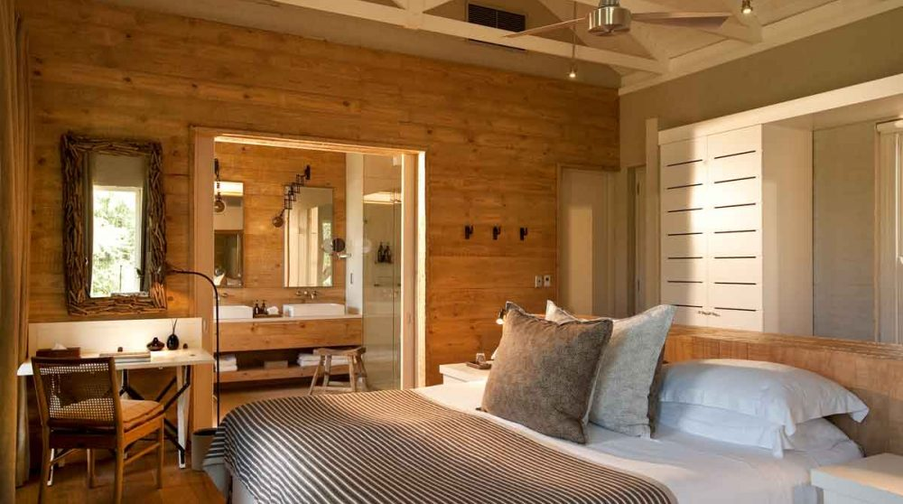 Chambre et salle de bains au Morukuru Farm House