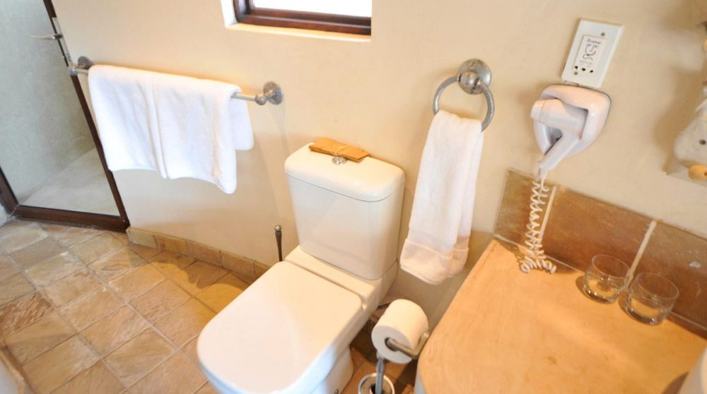 Toilettes dans une salle de bains au Motswari