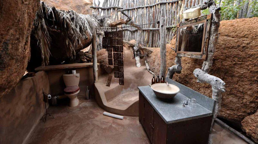 Salle de bains extérieure au Mowani Mountain Camp