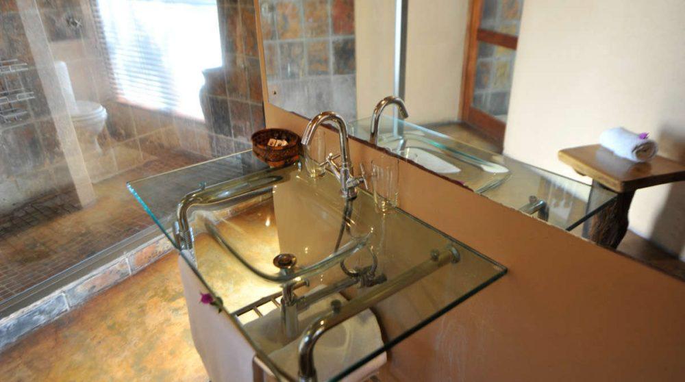 Vue sur la salle de bains d'une chambre du Nkorho Bush Lodge