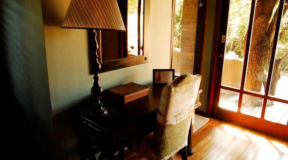 Un bureau dans une chambre du Phinda Vlei Lodge