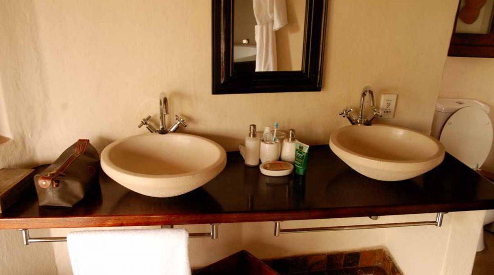 Lavabos dans une salle de bains au Royal Madikwe