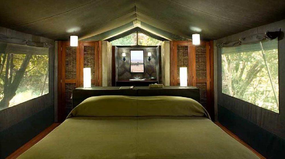 Grand lit dans une tente luxury