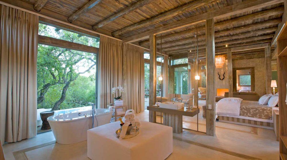 Chambre avec sa salle de bains près du Game Reserve