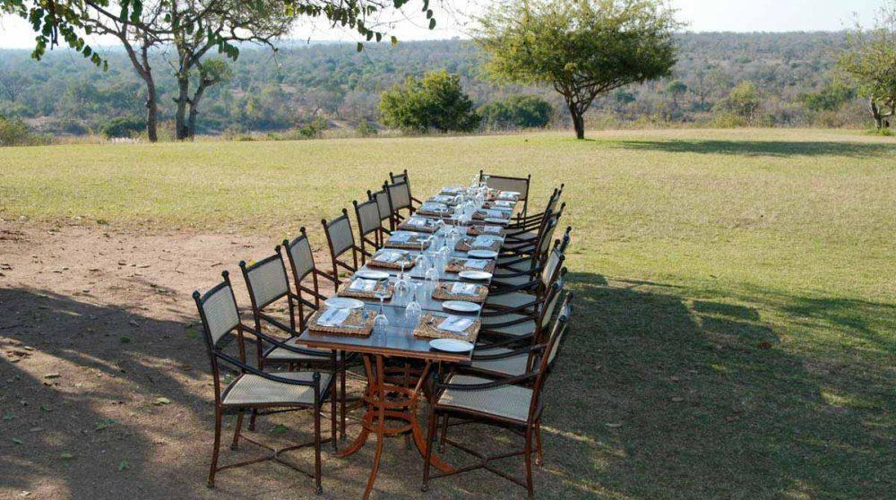 Table dans le jardin à Sabi Sand