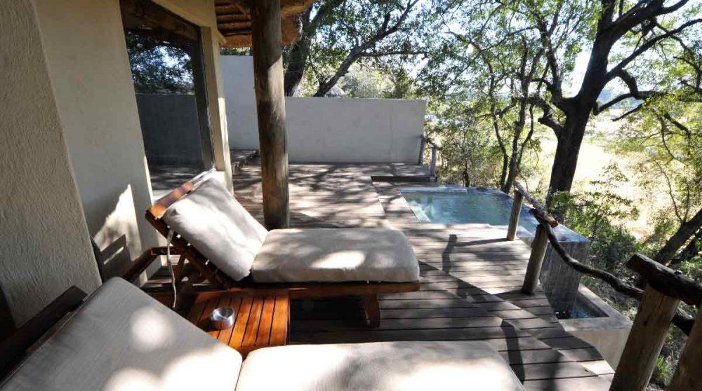 Chaises longues au bord d'une piscine en Afrique du Sud