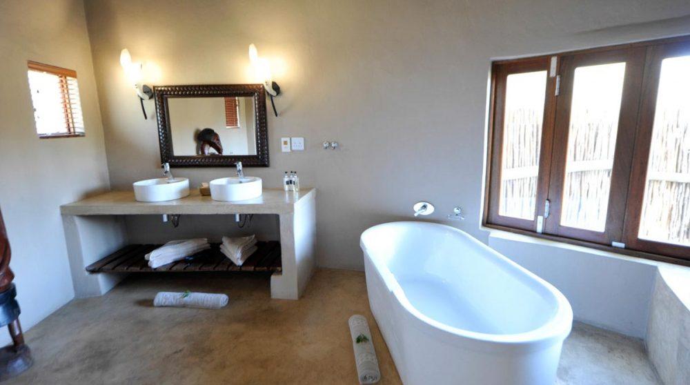 Baignoire dans une salle de bains à Timbavati