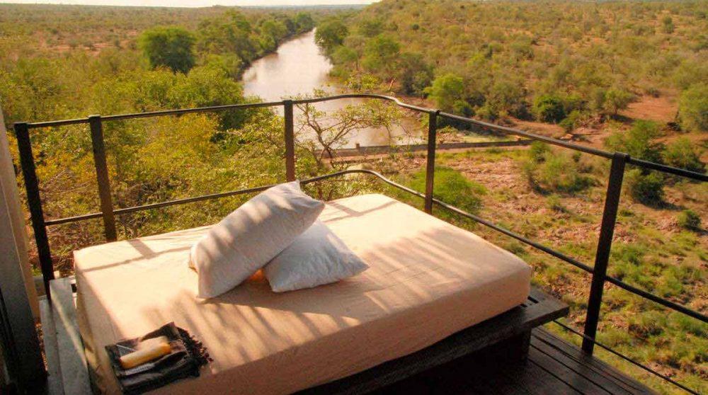 Une banquette sur un balcon d'une suite en Afrique du Sud