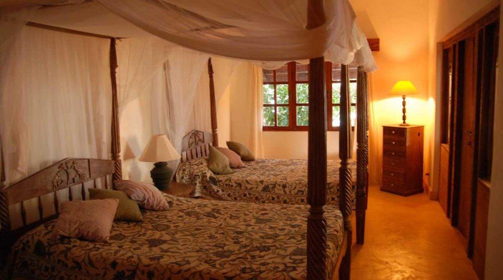 Une chambre avec deux lits à l'hôtel au Kenya
