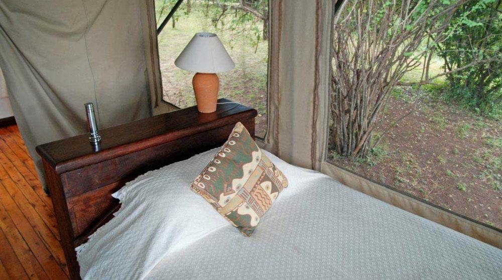 Lit dans une tente dans le Masai Mara