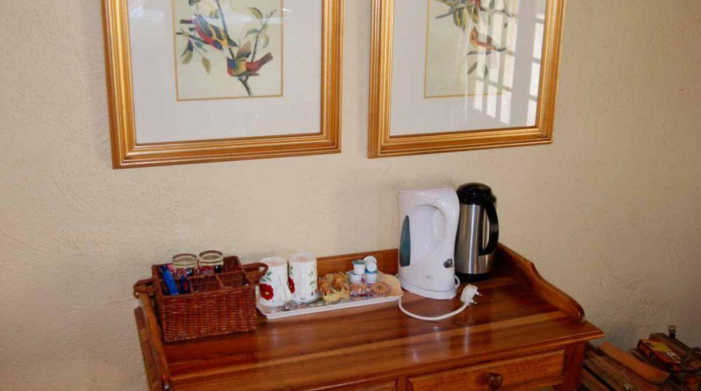 Le bureau avec une bouilloire