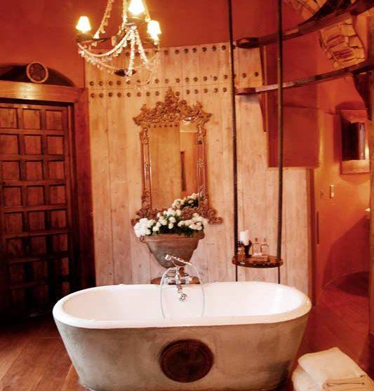 La baignoire dans une salle de bains