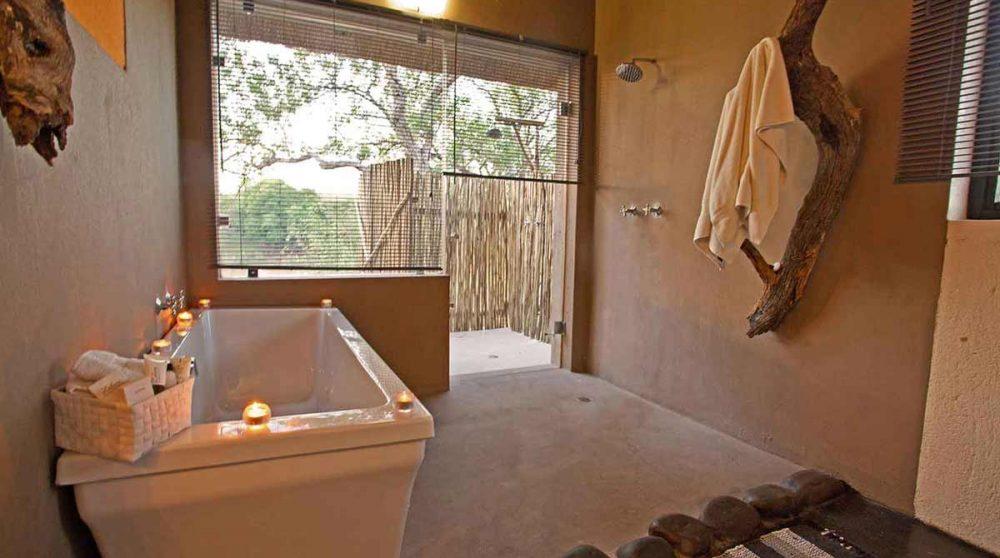 La baignoire, la douche intérieure et la douche extérieure