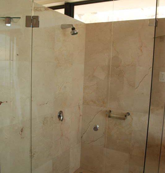 Douche dans une salle de bains au Cap